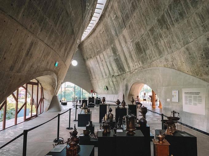 Với không gian mở chia thành nhiều khu khác nhau, bảo tàng được thiết kế theo kiến trúc nhà dài của đồng bào Tây Nguyên. Dù vậy, không ít du khách ví nơi này như châu Âu bởi nét hiện đại hài hoà với truyền thống.
