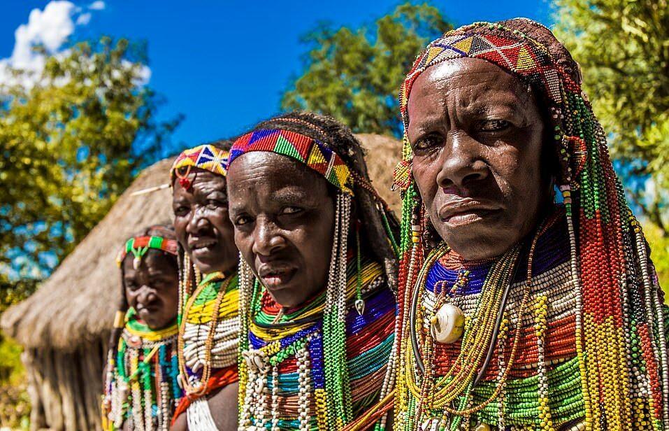Bộ lạc Mwila ở tỉnh Huila, miền nam Angola, châu Phi, nơi có mật độ dân cư thưa thớt, nổi tiếng bởi phong cách ăn mặc phức tạp từ công đoạn trang trí tóc đến đeo dây chuyền.