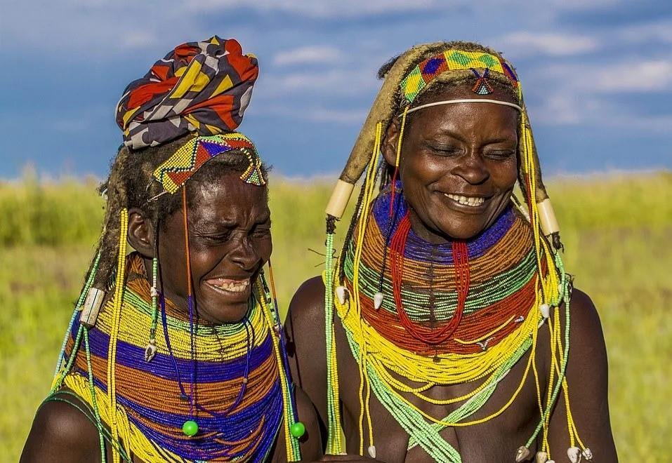 Vì việc chế tạo dây chuyền và tết tóc mất quá nhiều thời gian, phụ nữ ở đây luôn đeo chúng, kể cả khi ngủ. Một chiếc gối đầu đặc biệt được làm từ cỏ khô giúp ngăn ngừa tóc của họ bị hư tổn.