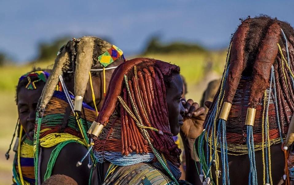 Kỳ lạ bộ lạc Mwila chế tạo búi tóc, vòng cổ từ chất thải của bò – iVIVU.com