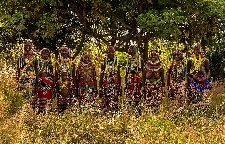 Phụ nữ trưởng thành sẽ đeo những chiếc vòng cổ Vilanda lớn, thoạt nhìn có vẻ như được kết từ những sợi len dày dặn. Tuy nhiên, chúng thực chất là một hỗn hợp bao gồm bùn đỏ, phân bò và thảo dược tạo màu cùng nhiều hạt cườm gắn bên trong.