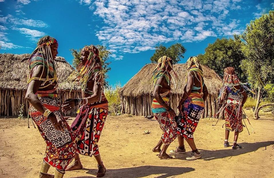 Mwila cũng được biết đến với những chiếc váy màu sắc sặc sỡ và hoa văn bắt mắt, được những người phụ nữ buộc quanh eo hoặc quanh vai.