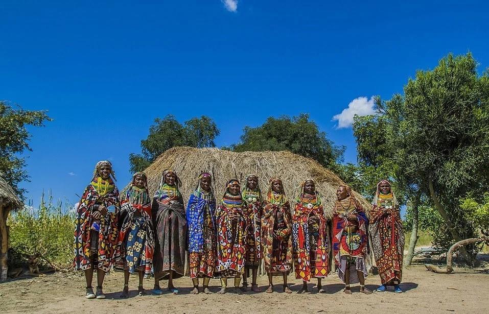 Ngoài sự nổi bật, những bộ trang phục còn mang ý nghĩa biểu tượng quan trọng, cho thấy điểm khác biệt giữa các cô gái và phụ nữ.