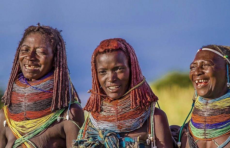 Trong khi các cô gái trẻ đeo dây chuyền nhỏ màu đỏ và vàng, phụ nữ lớn tuổi sẽ mang nhiều vòng màu sắc hơn, nhằm biểu thị các giai đoạn khác nhau trong cuộc đời mà họ đã trải qua.