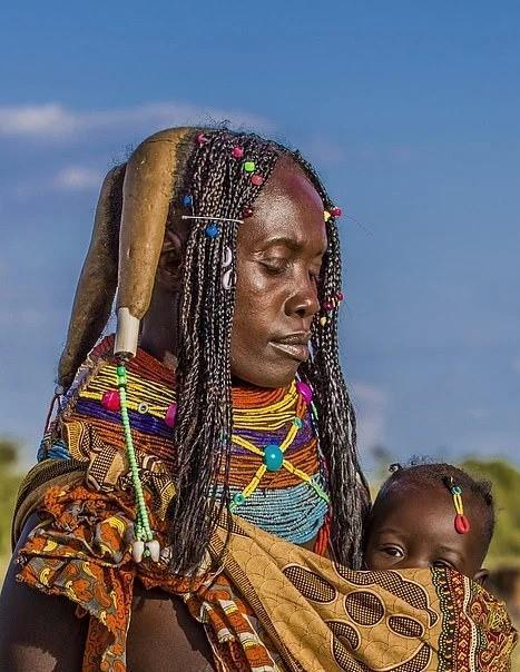 Kiểu tóc Mwila cũng đại diện cho những dấu mốc quan trọng trong cuộc sống của người phụ nữ. Tùy thuộc vào độ tuổi, các cô gái và những người phụ nữ có thể tết từ bốn đến sáu bím tóc. Tuy nhiên, việc tết ba bím tóc mang ý nghĩa gia đình họ đã có người qua đời.