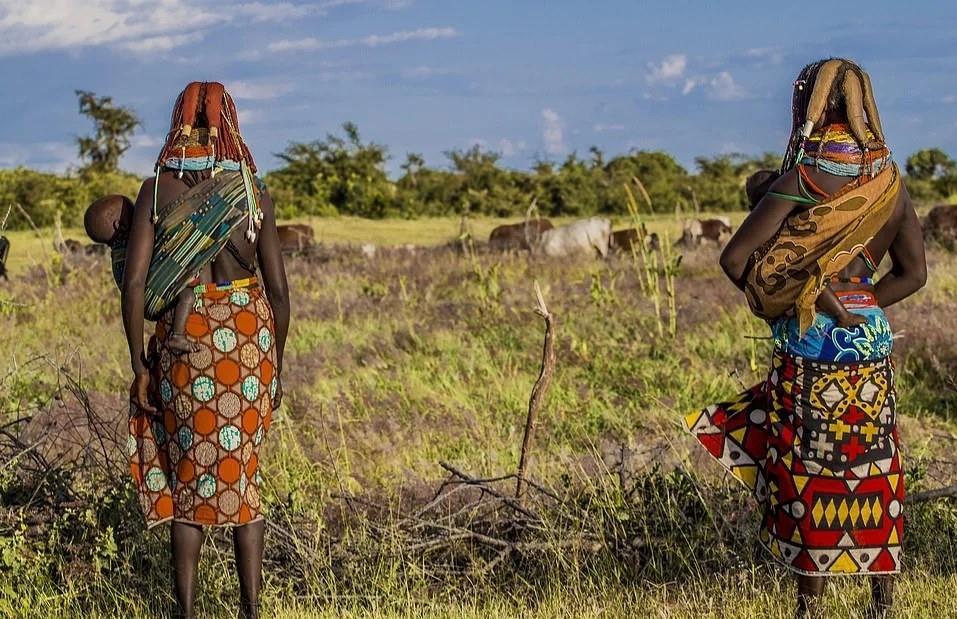 Người Mwila là người bán du mục. Họ xây dựng nhà cửa, trồng trọt và nuôi động vật nhưng thường di chuyển tới các khu vực xung quanh để tìm kiếm nơi chăn thả gia súc hoặc săn bắn tốt hơn.