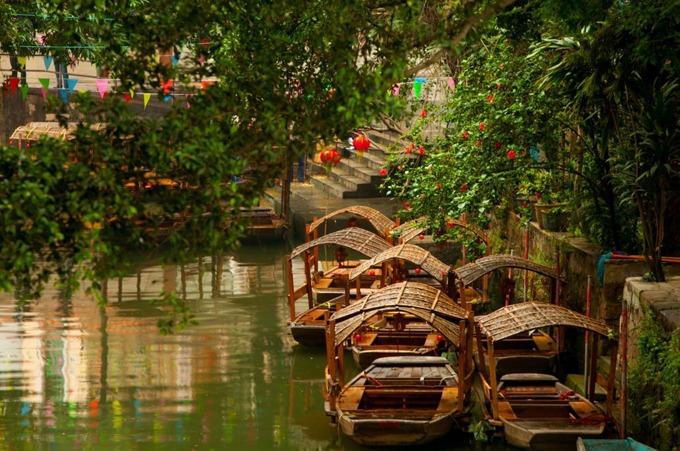 Anh cũng từng thực hiện cảnh quay nhảy từ trên cầu xuống thuyền của nhân vật nữ chính (do Dương Di thủ vai). Hiện, du khách có thể thuê thuyền gỗ, được chèo bởi những người dân địa phương để đi tham quan trong làng. Phùng Giản thôn có khoảng hơn 10 homestay dành cho du khách muốn nghỉ lại qua đêm.