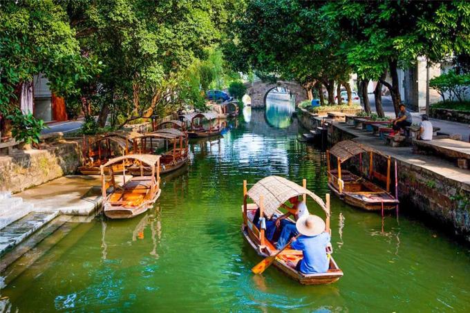 Làng cổ Fengjian hay còn gọi là Phùng Giản thôn nằm tại thành phố Phật Sơn, tỉnh Quảng Đông, Trung Quốc. Nơi đây lọt vào danh sách một trong những ngôi làng cổ đẹp nhất ở đất nước tỷ dân vào năm 2013-2014. Thành phố Phật Sơn nằm khá gần Hong Kong, sở hữu phim trường lớn dành cho các bộ phim xứ Cảng Thơm.