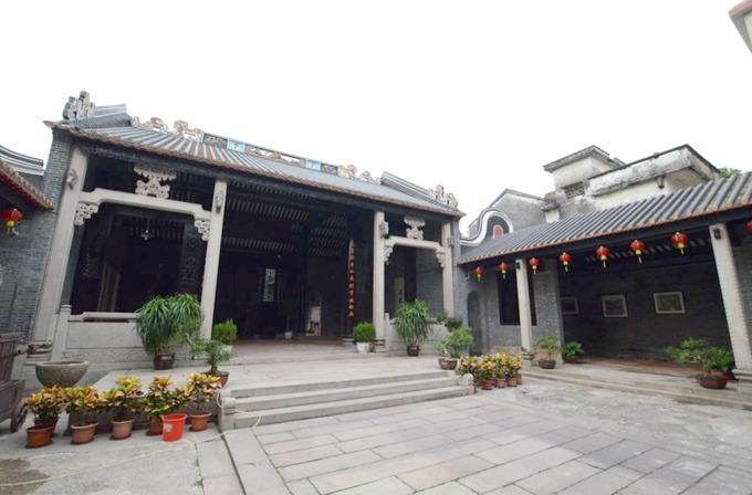 Hội quán là một nét kiến trúc điển hình của vùng Quảng Đông, được dùng làm nơi thờ phụng tổ tiên, tụ họp dân làng, bàn bạc việc đại sự. Ngày nay, trong làng Phùng Giản vẫn còn nhiều công trình hội quán được sử dụng cho người dân.