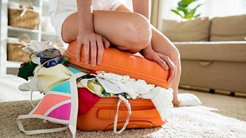 """Nhiều người luôn gặp tình trạng """"thứ gì cũng muốn mang theo"""" dù du lịch ngắn ngày, khiến hành lý vừa to vừa nặng. Ảnh: Fox News."""