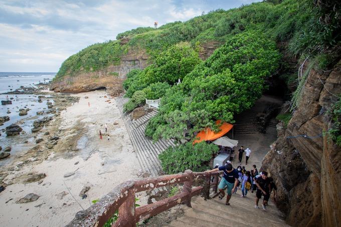 Danh thắng chùa Hang (còn gọi là Thiên Khổng Thạch Tự, Chùa đá trời sinh) nằm ở phía bắc núi Thới Lới, chứng tích của những đợt phun trào núi lửa trên đảo Lý Sơn.  Quang cảnh chùa xanh mát bởi những cây bàng biển cổ thụ và các tảng đá núi liền kề biển.