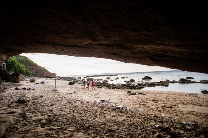 Bên trong các hang đá quanh chùa còn là nơi ẩn núp của cư dân thời xưa mỗi khi đi biển gặp giông bão.