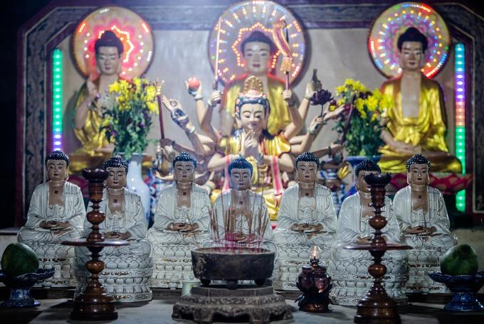 Chính giữa hang đặt bàn thờ Tam thế Phật là Phật A-di-đà, Phật tổ Như Lai và Phật Di Lặc. Theo Đại Nam nhất thống chí, khởi đầu chùa Hang là ngôi đền của người Chămpa thờ các vị thần Bà La Môn. Sau này, khi người Việt đến khai phá vùng đất Lý Sơn vào đầu thế kỷ XVII, chùa trở thành nơi tu tiên và thờ Phật.