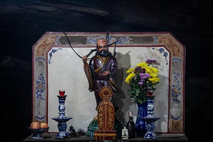 """Bên trái bàn thờ Tam thế Phật là bàn thờ Tổ sư Đạt-ma với bài vị bằng gỗ sơn son thếp vàng trên đó ghi """"Phụng tự Tây phương Đông Độ lịch đại tổ sư chi linh vị""""."""