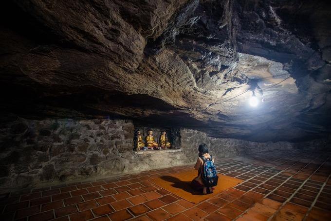 Người dân địa phương cho biết, chùa Hang vốn là ngôi chùa linh thiêng, nên hàng năm vào các ngày rằm, Tết Nguyên Đán, lễ Vu Lan, Phật Đản, ngày giỗ các vị tiền hiền, khách thập phương đều đổ về đây để hành lễ, chiêm bái và cầu nguyện bình an.