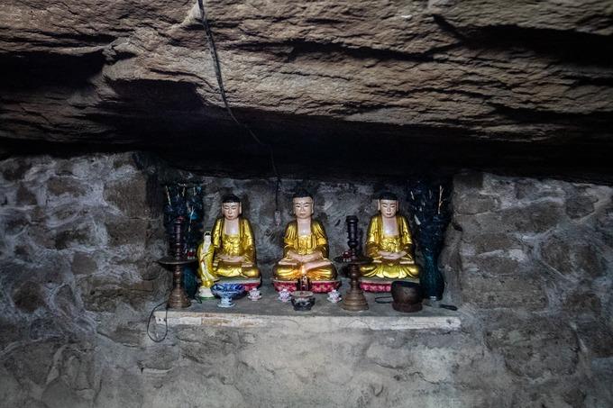 Các bệ thờ trong chùa được người xưa tạo tác, gia công từ các vách đá tự nhiên.