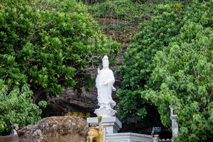 Trước sân chùa là bức tượng Phật Bà Quan Âm hướng ra biển. Theo quan niệm của ngư dân trên đảo, Phật Bà Quan âm luôn chở che và phù hộ cho những chuyến ra biển bình an.