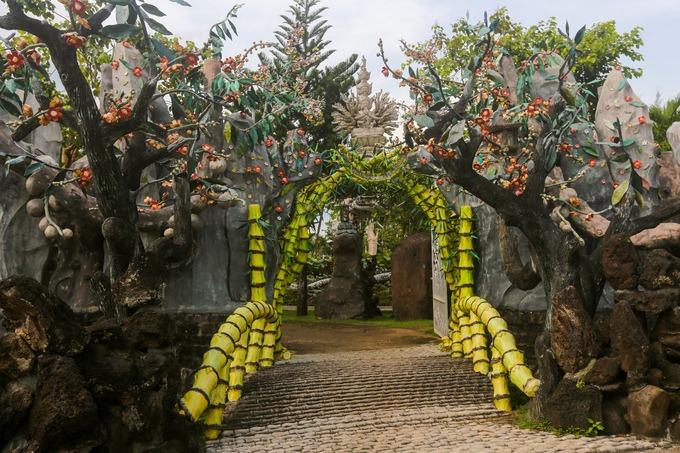 Ruộng Lớn là tên người dân thường gọi chùa Hiển Mật (TP Long Khánh). Chùa theo phong cách Tịnh độ tông, có phong cảnh đẹp, kiến trúc độc đáo, thu hút nhiều khách hành hương.  Cổng cách điệu hình cây tre cạnh các phiến đá lớn. Thân tre uốn thành cầu nhỏ qua con suối, thay vì cổng tam quan thường thấy như nhiều ngôi chùa khác. Cạnh những bụi tre là hai cây sala bằng xi măng, loài cây tượng trưng cho nhà Phật.