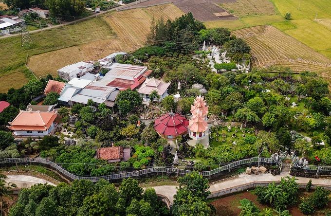 Công trình xây dựng năm 1984, có diện tích 10.000 m2 nằm cạnh cánh đồng lúa.