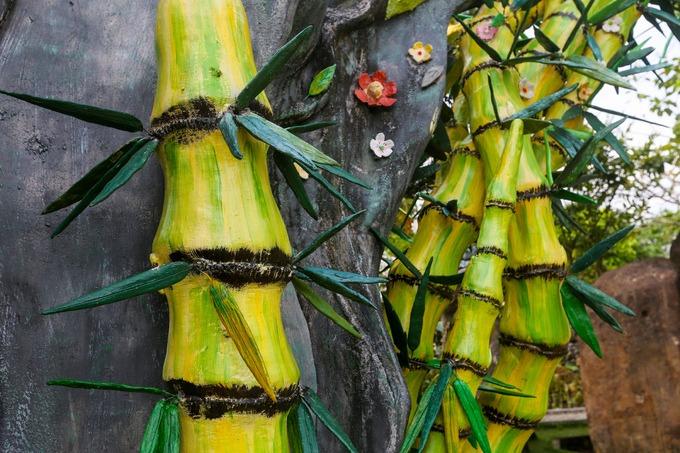 Trong Phật giáo, cây tre, trúc mọc theo bụi là biểu trưng quần tụ của tín đồ. Những thân tre nhiều đốt như chiếc thang lên trời. Tre với trúc ruột rỗng còn là biểu tượng của tâm không dẫn dắt Phật tử trở về với bản thể.  Theo các sư trong chùa, trước kia đường vào chùa cũng có những rặng tre lớn nên khi xây dựng đã lấy hình cây này làm cổng.