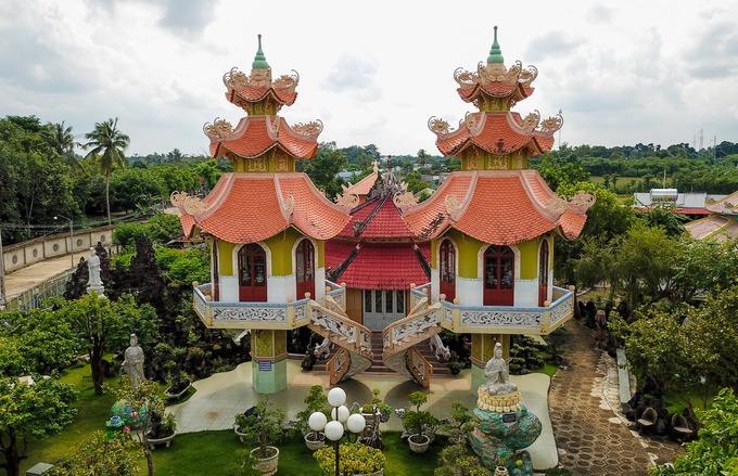 Chánh điện chùa nổi bật với tháp chuông, tháp trống được đặt trên trụ bê tông. Trên đỉnh hai tháp đặt bình hồ lô, hàm ý là bình đựng rượu tiên của các vị Phật.