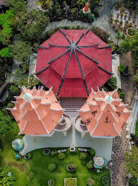 Phía sau hai tháp chuông là chánh điện lợp ngói đỏ, có hình bát giác, nằm giữa vườn cây rộng lớn. Theo nhà chùa, bát giác tượng trưng cho tám con đường giải thoát khỏi khổ đau.