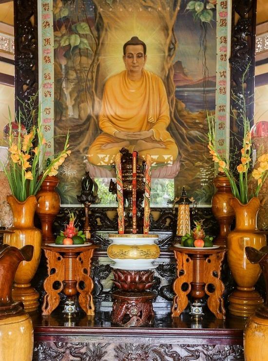 Chánh điện của chùa có diện tích khoảng 30 m2, không có tượng lớn mà bài trí tượng nhỏ, tranh ảnh Phật.