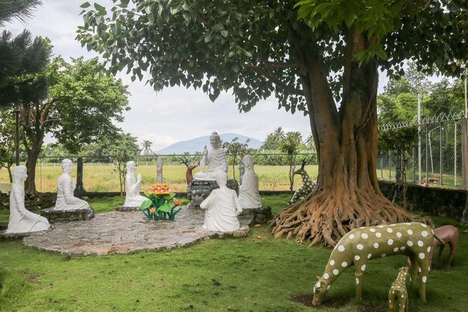 Chùa Hiển Mật không có những bảo tháp, bức tượng to lớn nhưng khuôn viên rộng, nhiều cây xanh, bài trí nhiều vườn tượng, tả lại các tích Phật giáo. Nổi bật là vườn lộc uyển (còn gọi là vườn nai), nơi Đức Phật đã dạy bài pháp đầu tiên dưới tán cây bồ đề.
