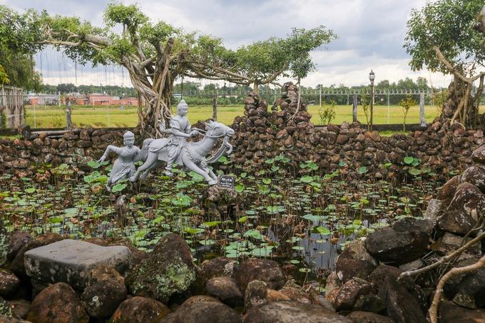 Những viên đá, hồ nước, hoa sen trong chùa tạo thành tiểu cảnh bờ sông Anoma, nơi Đức Phật cắt tóc tu hành.