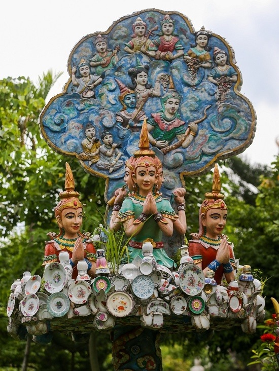 Các tượng Phật đủ hình dáng, kích thước bài trí nhiều nơi trong chùa. Không ít tượng được trang trí bằng những mảnh sành sứ.