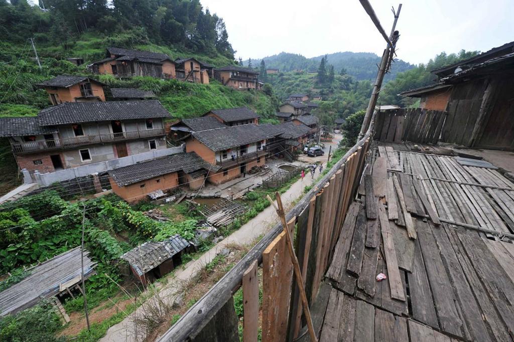 Nằm vắt vẻo bên sườn núi, Ding Wuling, ngôi làng cổ của người Khách Gia ở tỉnh Phúc Kiến, Trung Quốc, là một địa điểm vô cùng đặc biệt. Nơi đây được ghi nhận rằng không hề xuất hiện bất cứ một con muỗi nào trong suốt gần một thế kỷ nay. Ảnh: People.