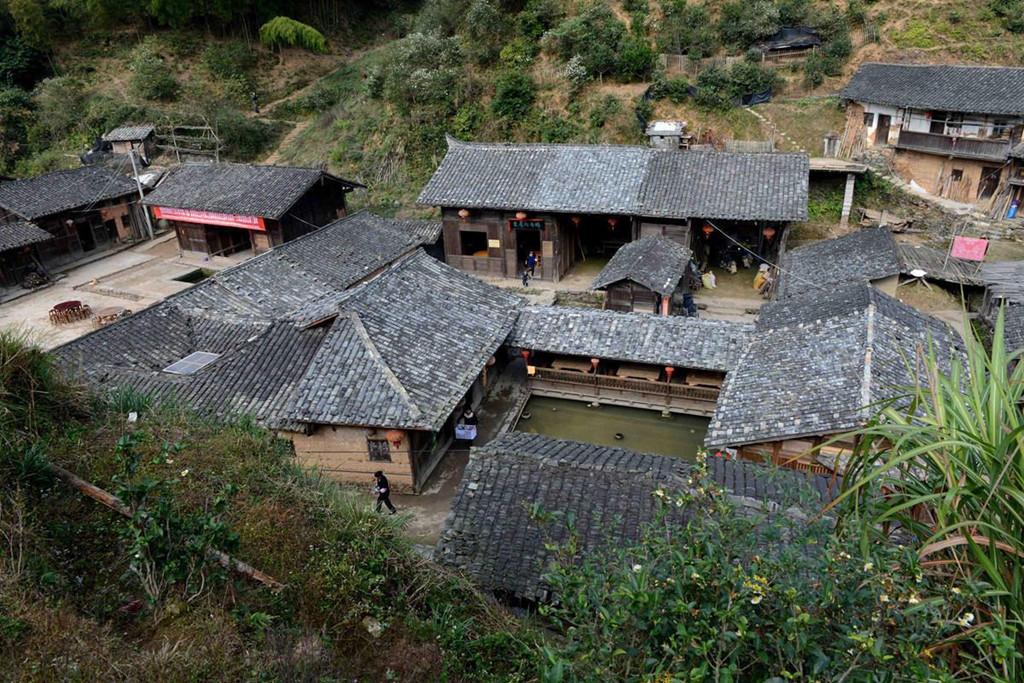 Ding Wuling là làng quê yên bình với những mái nhà san sát nhau. Tất cả nhà ở đây đều được làm từ đất, khá thô sơ và mộc mạc. Bao quanh khu dân cư là một rừng cây sum suê, um tùm. Dù ở trong điều kiện ẩm thấp, gần với thiên nhiên, nhưng Ding Wuling lại không hề có muỗi. Ảnh: Ettoday.