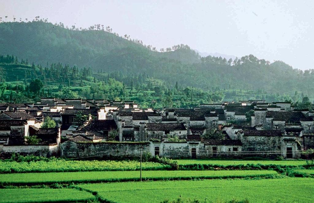 Ding Wuling là một trong những điểm đến thu hút du khách nhờ vào bề dày lịch sử văn hóa cùng kiến trúc độc đáo. Đến đây, bạn sẽ cảm thấy như lạc vào một miền đất yên bình đến kỳ lạ bởi không gian thoáng đãng cùng cảnh quan thiên nhiên hoang sơ, tươi đẹp.
