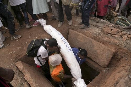 Cứ 7 năm một lần, người dân lại khai quật mộ và cùng khiêu vũ với xác chết. Ảnh: News Week.