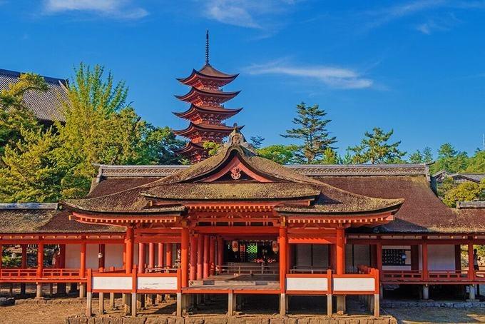 Đền Itsukushima, Hiroshima  Ngôi đền được xây dựng vào giữa thế kỷ thứ 13, trên hòn đảo Itsukushima. Đây là nơi thờ phụng 3 nữ thần là con gái của thần biển và bão Susano-o no Mikoto và ngày nay còn thờ tướng Taira no Kiyomori, một người có nhiều đóng góp trong công cuộc xây dựng đền. Khu đền thờ gồm 2 tòa nhà chính: Honsha và Sessha Marodo-jinja, cùng 17 nhà phụ với kiến trúc khác nhau. Công trình được công nhận là di sản văn hóa UNESCO. Ảnh: Travelling Dany.