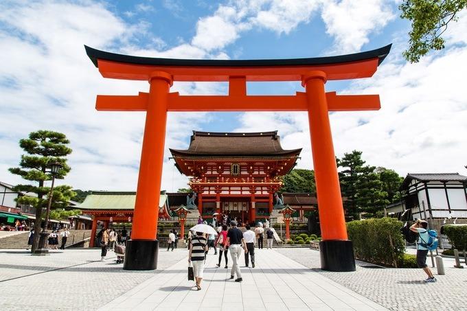 Đền Fushimi Inari Taisha, Kyoto  Ngôi đền được thành lập vào năm 711 dưới chân núi Inari, để cầu mùa màng bội thu. Cho đến năm 1499, các kiến trúc đã được hoàn thiện. Nữ thần được thờ ở đền là Inari, thần cai quản lúa gạo. Ảnh: Not Bored NY.