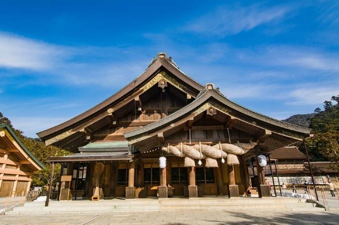 Đền Izumo Taisha, Shimane  Tuy không có tài liệu chính xác về thời gian xây dựng, đền Izumo Taisa là một trong những đền thờ thần đạo cổ xưa và quan trọng nhất Nhật Bản. Điện thờ chính được xây bằng gỗ và có chiều cao 24 m. Các cột trụ ở đây nối tiếp nhau như một cầu thang lên thiên đình. Ảnh: Japan by Japan.