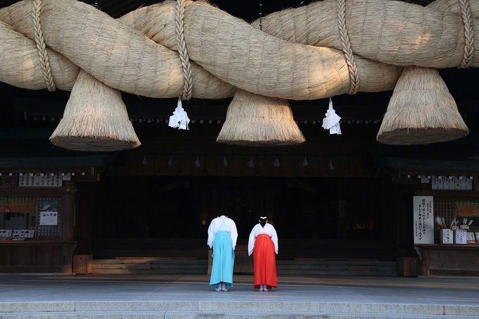 Ngoài ra, ngôi đền còn có sợi dây thiêng shimenawa đan bằng lúa khô lớn nhất Nhật Bản - 13,5 m nặng khoảng 5 tấn. Ảnh: Nippon.