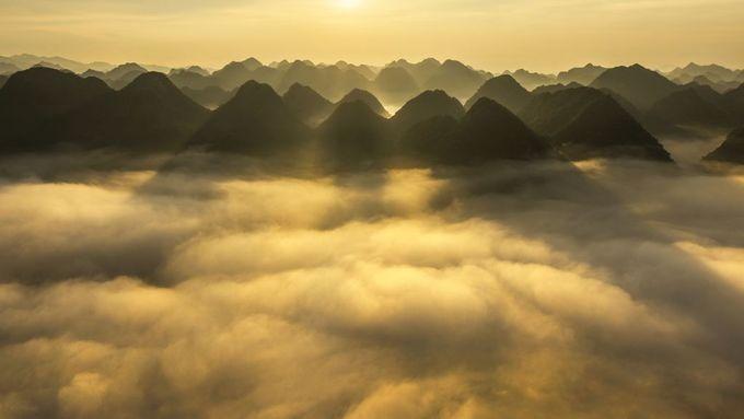 """Thung lũng Bắc Sơn, Lạng Sơn chìm trong biển mây. """"Thật tuyệt khi đứng từ Nà Lay, đỉnh núi cao nhất trong khu vực chiêm ngưỡng toàn cảnh thung lũng ẩn hiện trong mây lúc mặt trời ló rạng"""", tác giả nói."""