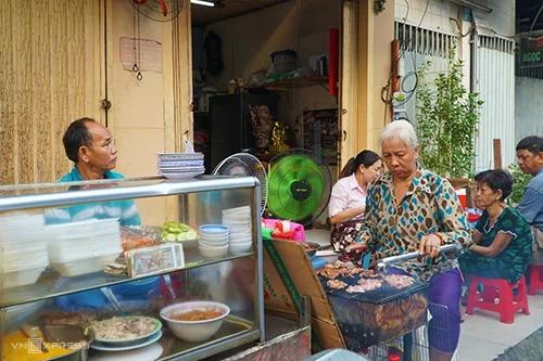 Cách phục vụ nhanh chóng, thân thiện cũng khiến địa chỉ này ghi điểm với thực khách lần đầu đến ăn.