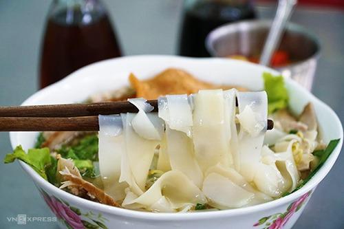 Chủ quán cho biết, sợi hủ tiếu được lấy từ một lò có thâm niên 50 năm ở Sài Gòn. Ảnh: Di Vỹ.