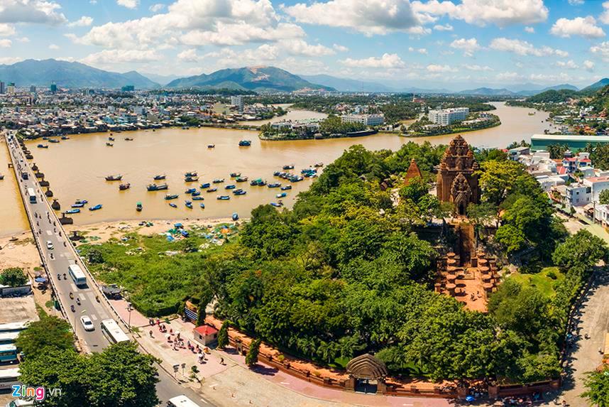 Nằm ngay trung tâm TP Nha Trang (Khánh Hòa), cụm tháp Chăm có niên đại xây dựng khoảng từ thế kỷ thứ 8-9. Năm 1979, cụm tháp này được Bộ Văn hóa - Thông tin (nay là Bộ VHTTDL) xếp hạng Di tích Quốc gia. Đây được xem là cụm tháp Chăm lớn nhất còn lại ở dải đất miền Trung nước ta.