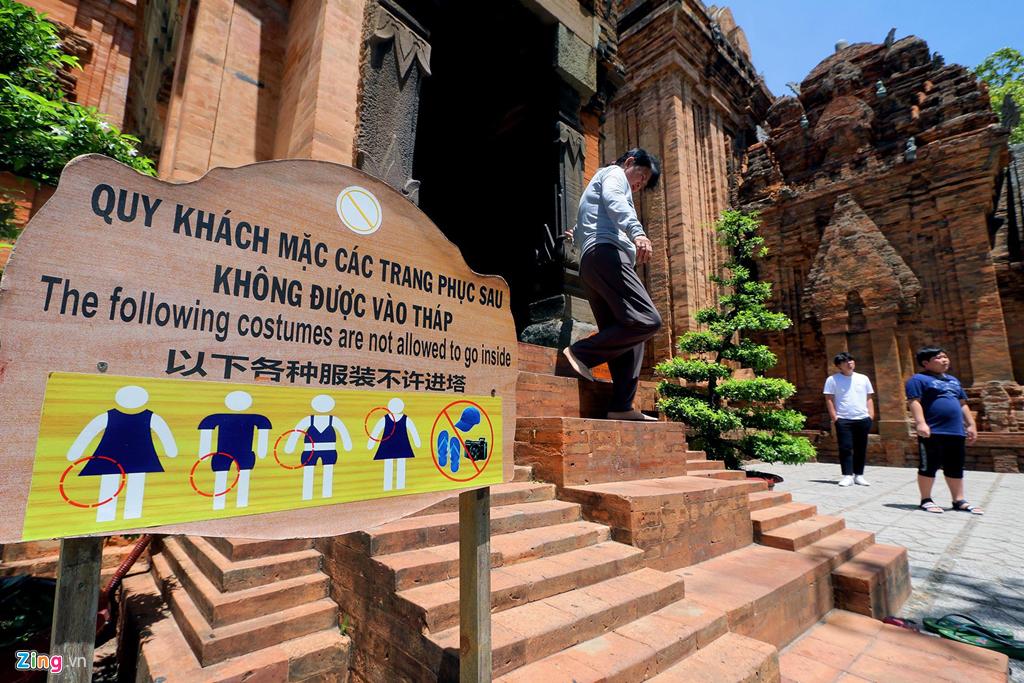 Du khách khi đến tham quan Tháp Bà Ponagar phải tuân thủ nội quy về trang phục nếu muốn vào các tháp thắp nhang cúng bái.