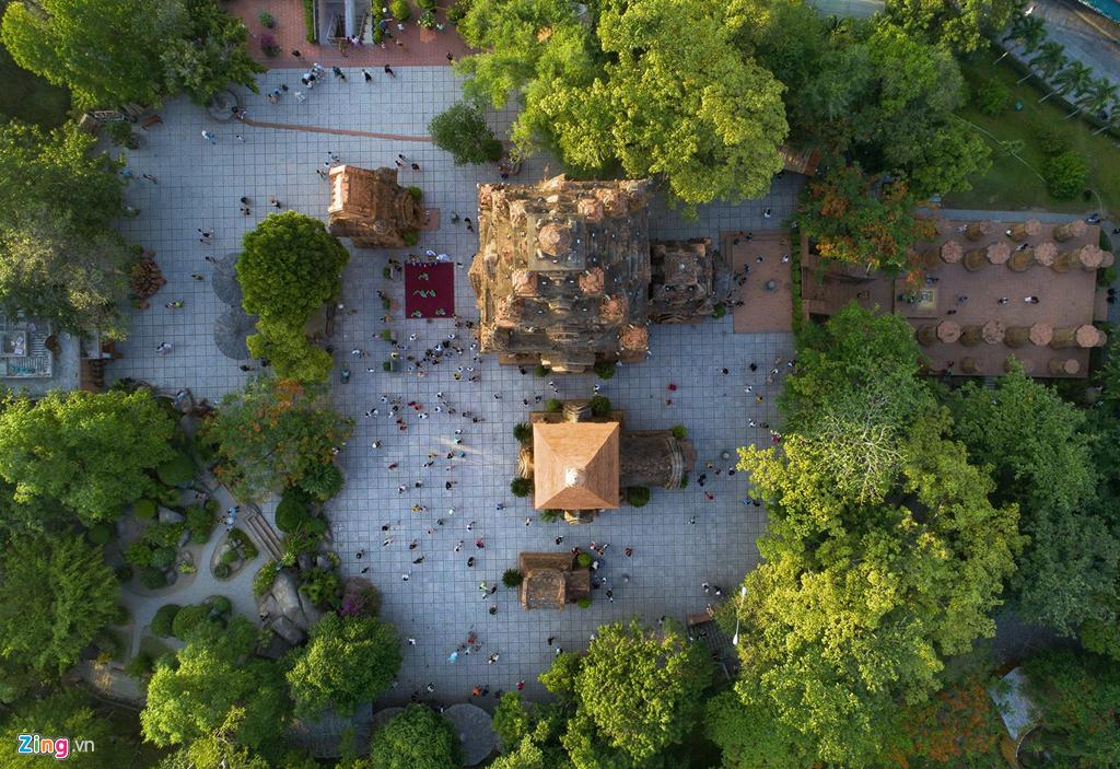 Tương truyền, dưới vương triều Panduranga, người Chăm xây dựng các đền tháp trên đồi Cù Lao ở xứ Kauthara để thờ Nữ thần Ponagar, mẹ xứ sở của người Chăm - tên thường gọi là Tháp Bà Ponagar. Các tháp được xây dựng bằng nguyên liệu gạch với những trang trí nghệ thuật bằng các chất liệu đá và gốm.