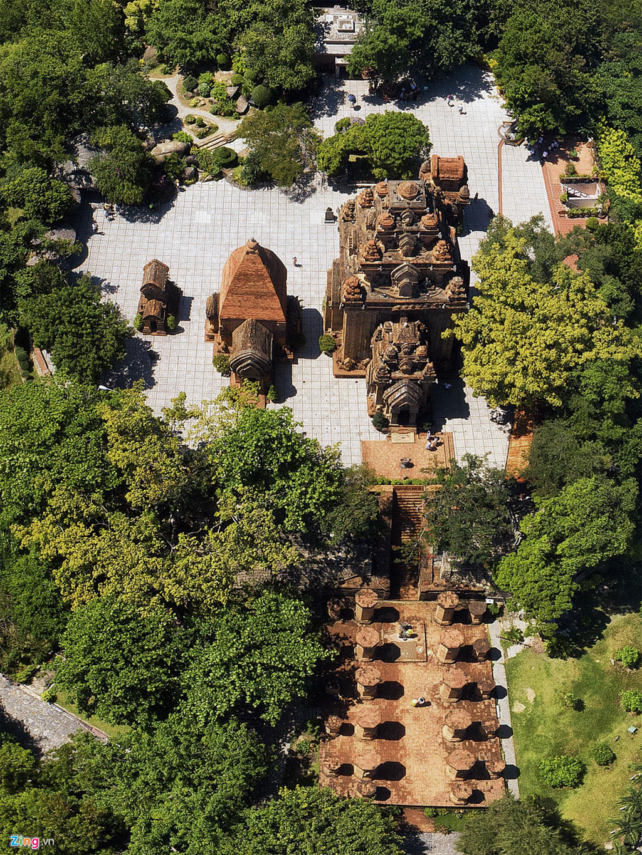 Tháp Bà Ponagar là một quần thể kiến trúc lớn, được phân bố trên 3 mặt bằng gồm Tháp cổng, Mandapa và khu đền tháp. Trải qua hàng nghìn năm, do biến động của lịch sử, hiện nay khu di tích còn lại 5 công trình kiến trúc ở hai mặt bằng, gồm Mandapa (tiền đình) và khu đền tháp ở phía trên.