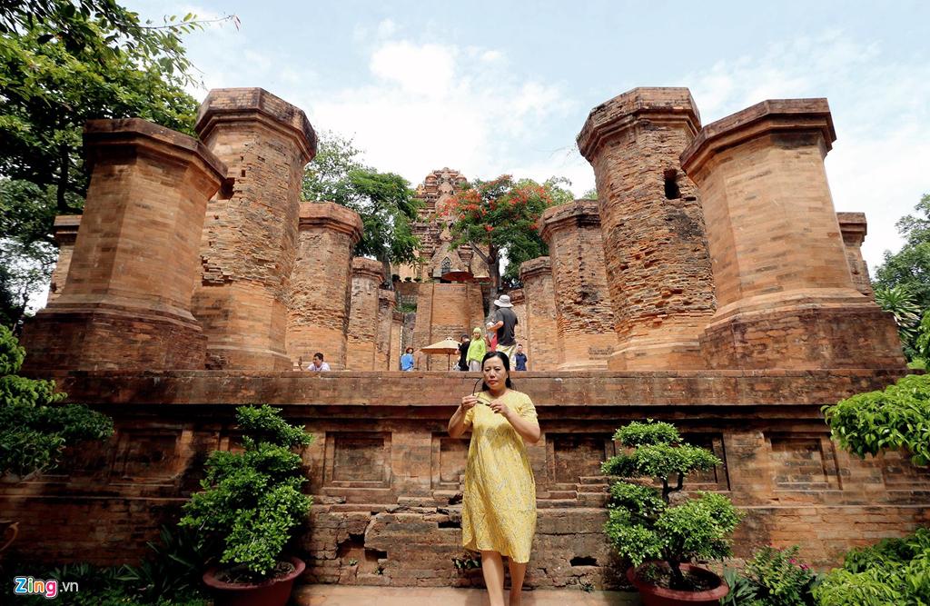 Khu Mandapa (tiền đình) có 4 hàng cột lớn xây bằng gạch nung, bao gồm 10 cột lớn phía trong và 12 cột nhỏ hình bát giác ở phía ngoài. Nơi đây được xây dựng với mục đích làm nhà chờ trước khi lên khu tháp làm lễ trong các dịp quan trọng của cộng đồng người Chămpa thời đó.