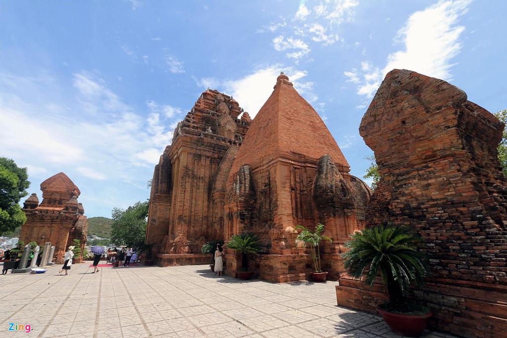 Khu đền tháp được xây dựng ở vị trí cao nhất của ngọn đồi Cù Lao, gồm 4 công trình. Trong đó có tháp đông bắc (tháp chính); tháp đông nam (tháp cố); tháp nam (tháp ông) và tháp tây bắc (tháp cô cậu).