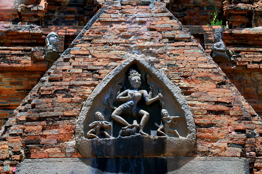 Trên vòm cửa của tháp chính là tấm phù điêu bằng đá hình lá thể hiện thần Shiva với 4 cánh tay đang múa, hai bên có hai nhạc công thổi sáo, chân phải Shiva đặt trên lưng bò thần Nandin. Phù điêu có niên đại thế kỷ 11 và là một trong những tấm phù điêu đẹp nhất của văn hóa Chămpa còn lưu giữ ở Việt Nam.