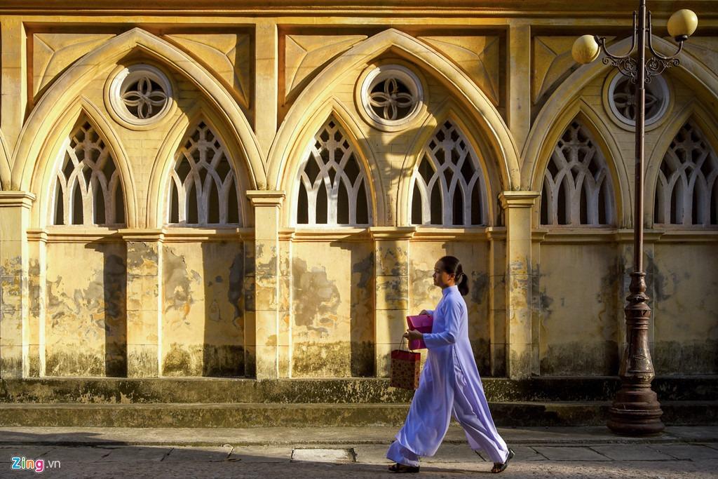 Không chỉ là địa điểm hành lễ, nhà thờ còn có sức hấp dẫn đặc biệt với bất kỳ ai bởi lối kiến trúc đặc sắc, khiến du khách như đi lạc vào không gian châu Âu ngay tại Việt Nam.