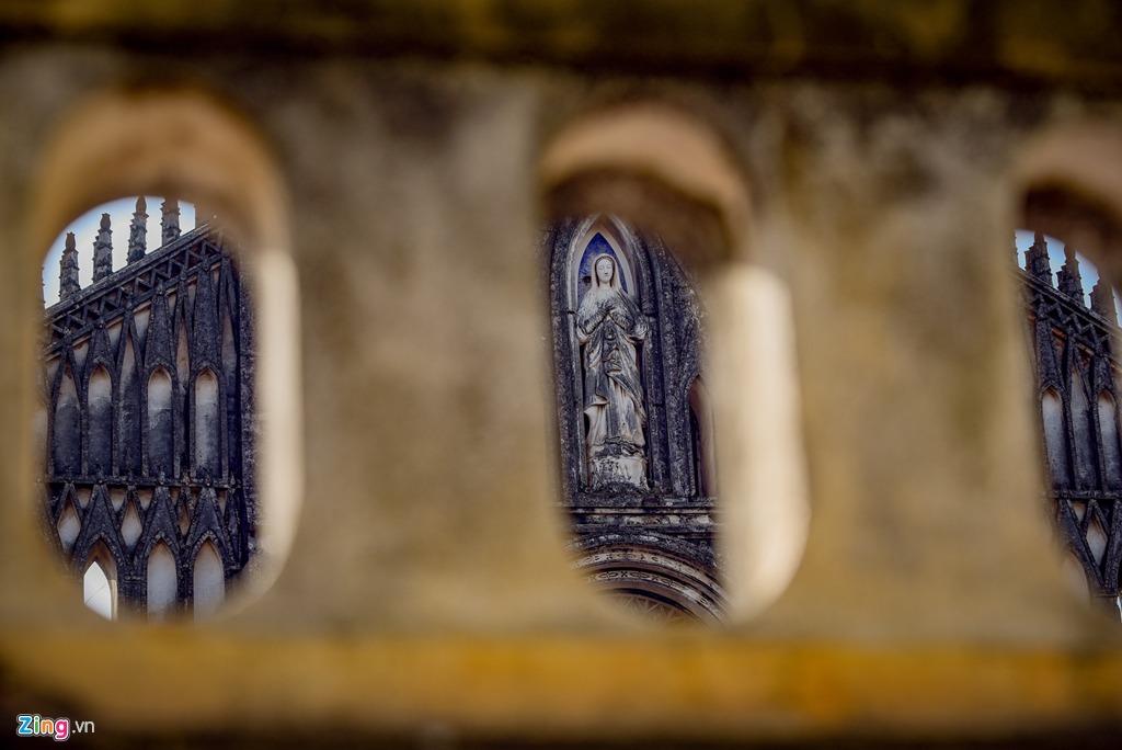 Phía bên ngoài, nhà thờ sở hữu lối kiến trúc Gothic đặc trưng với những cổng vòm cao vút, trên tường có các ô cửa kính màu vẽ tranh các vị thánh hoặc các sự kiện trong Kinh thánh.
